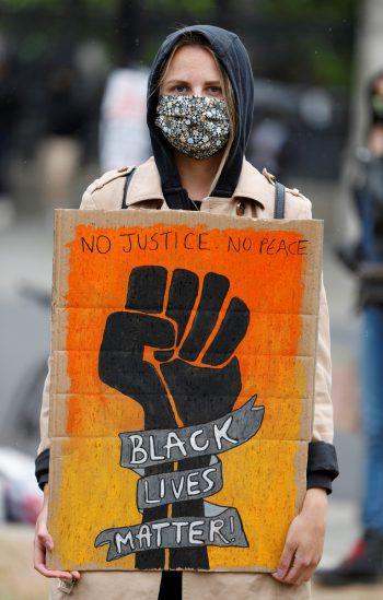 London. Solidarisch: Weltweit gingen gestern Menschen gegen Rassismus auf die Straße – so auch in der britischen Hauptstadt. Fotos: AP, Reuters, AFP
