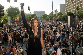 Los Angeleses. Demonstrativ: BLM-Aktivistin Ciera Foster und Tausende Menschen in den USA feiern den Tag der Sklavenbefreiung. Fotos: AFP, APA, AP, Reuters, dpa