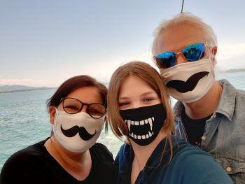 """<p class=""""caption"""">Masken beim Spaziergang am See: Ein lustiges Bild von Julia.</p>"""