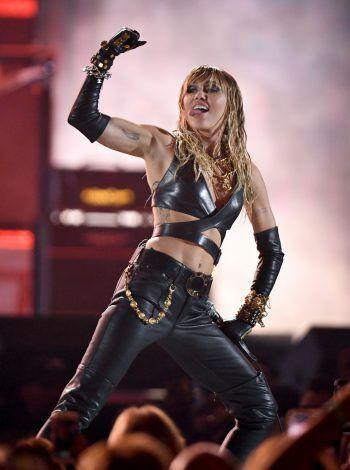 "<p class=""title"">Miley Cyrus</p><p>Trotz Unterricht am Set kamen dem Abschluss des ""Hanna Montana""- Stars die fünfjährigen Dreharbeiten in die Quere. Fotos: APA/AFP (3), APA/dpa (1) </p>"
