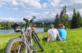 """<p class=""""caption"""">Mit dem Fahrrad die schönsten Plätze Kärntens erkunden.</p>"""