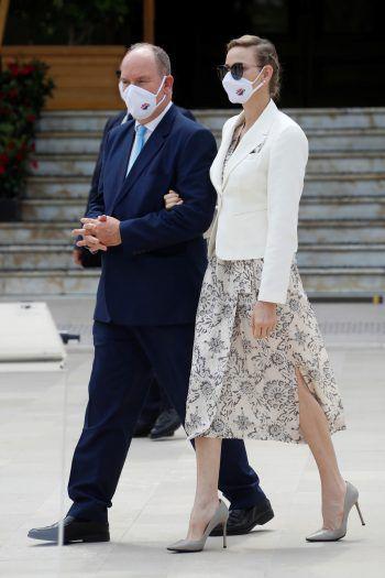 <p>Monaco. Maskiert: Prinz Albert II und Prinzessin Charlene eröffnen den neuen Casino-Platz in Monte Carlo.</p>