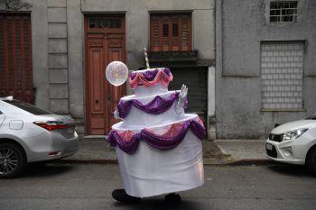 <p>Montevideo. Geschäftsmodell: Dieser Mann hat in der Coronakrise ein neues Geschäftsmodell entwickelt. Als Kuchen verkleidet – und damit bestens geschützt – kann man ihn als Attraktion auf Geburtstagsfeiern buchen.</p>