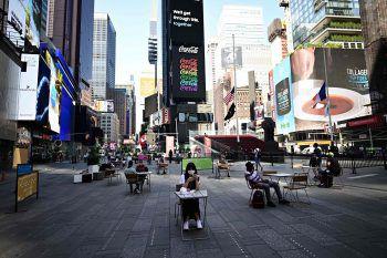<p>N. Y. City. Abstand: Seit Anfang Woche können sich die Einwohner wieder im Außenbereich von Restaurants aufhalten. Hier ein Bild vom Times Square.</p>