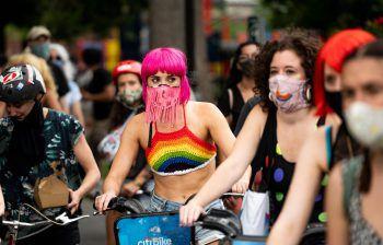 """<p>New York City. Aufgeregt: Gestern gingen auch in Brooklyn zahlreiche Menschen in der """"Queers and Queens Unite""""-Demo auf Fahrrädern für die """"Black Lives Matter""""-Bewegung auf die Straßen.</p>"""