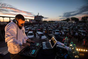 <p>Orechova Poton. Lautstark: Die slowakische Hip-Hop-Band Kontrafakt spielt ein Autokonzert auf einer Rennstrecke außerhalb von Bratislava.</p>