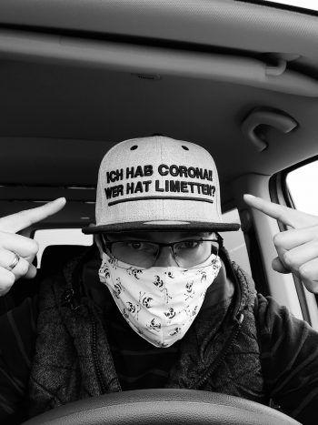 Patrick setzt nicht nur mit seiner Maske, sondern auch mit seinem Cap ein Statement in der Corona-Krise und hat so einen 50-Euro-Gutschein aus dem Ländle-Handel gewonnen.