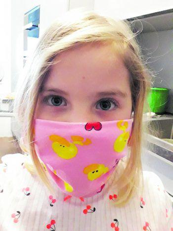 """<p class=""""caption"""">Paula trägt eine Enten-Maske, ein Bild von Julia.</p>"""