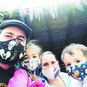 """<p class=""""caption"""">Riza und seine Familie haben sich coole Masken genäht.</p>"""