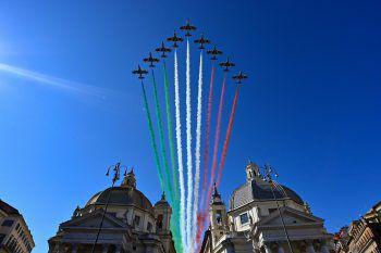 """<p>Rom. Farbenfroh: Die """"Frecce Tricolori"""" bei einer imposanten Flugschau am Tag der Republik.</p>"""