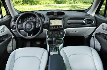 Safety first!             Der Jeep Renegade bietet mehr als 60 Sicherheitssysteme, einschließlich des Auffahrwarnsystems und des Spurhalte-assistenten.
