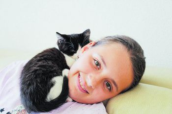 """<p class=""""caption"""">Salina (11) mit ihrer Babykatze Sina (10 Wochen).Fotos: privat</p>"""