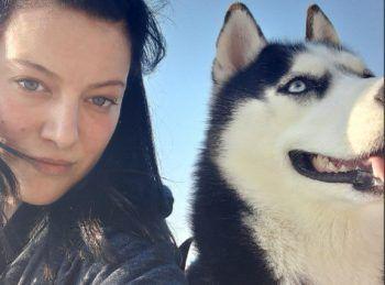 """<p class=""""caption"""">Sarah mit ihrer tierischen besten Freundin.</p>"""