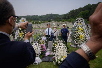 <p>Seoul. Andächtig: Menschen posieren vor einem geschmückten Grab für ein Foto in Gedenken an die Gefallenen des Korea-Kriegs.</p>