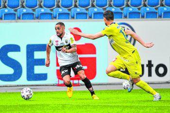 """<p class=""""caption"""">Sidney Sam war von den St. Pölten-Spielern nicht zu stoppen und erzielte das 2:0. Fotos: GEPA</p>"""