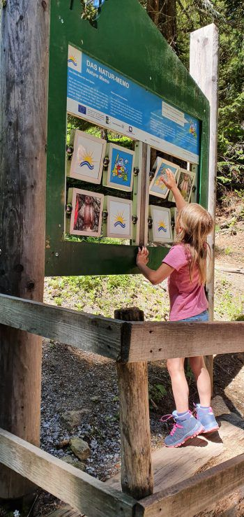 """<p class=""""caption"""">Spielerisch etwas über die Natur lernen – dafür gibt es """"Golmis Forschungspfad"""".</p>"""
