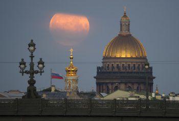<p>St. Petersburg. Stimmungsvoll: Über der Isaaks-Kathedrale geht hell leuchtend der Vollmond auf.</p>