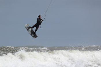<p>Tynemouth. Abgehoben: Ein Kitesurfer nutzt die Bedingungen an der britschen Nordseeküste.</p>
