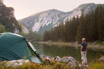 Urlaub im Ländle kann auch abenteuerlich sein: Wer sich auf das Camping freut, kann sich bei Panto Outdoor mit den passenden Accessoires ausstatten.Fotos: handout/Panto Outdoor