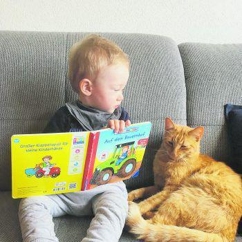 """<p class=""""caption"""">Vorlesestunde: Jakob mit seinem Bommi.Fotos: privat</p>"""