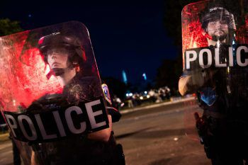 <p>Washington DC. Schutz: Polizisten halten Demonstranten fern, die in den Lafayette Park vordringen wollen. Das Ziel der Protestierenden: Die Statue von Andrew Jackson stürzen. Der Park liegt in der Nähe vom Weißen Haus.</p>