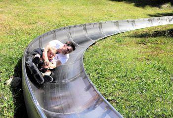 Wer fährt am schnellsten? Die Sommerrodelbahn ist ein Highlight. Foto: handout/Seilbahnen Laterns