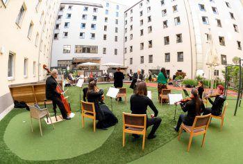 Wien. Musikalisch: Gäste des Hotels Zeitgeist lauschen einem Fensterkonzert der Sängerinnen Monika Medek und Dagmar Dekanovsky, untermalt vom Orchester Camerata Carnuntum.