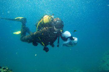 <p>Adra. Vorbildlich: Ein Taucher sammelt im Wasser treibenden Plastikmüll vor dem Strand des spanischen Orts San Nicolas.</p>