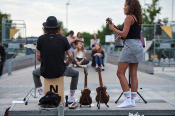 """An verschiedenen Plätzen in Lustenau finden heuer zehn Konzerte statt – auch das Duo """"Komot"""" ist mit dabei.Foto: handout/WIGE Lustenau"""