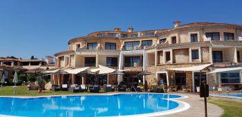 """<p class=""""caption"""">Angekommen im Hotel Baia Caddinas in Golfo Aranci empfängt uns Monica. Bei einem Café an der Strandbar betrachten wir die entspannte Ferienatmosphäre und viele zufriedene Gäste, die sich über den vielen Platz am fast leeren Strand freuen – so schön haben wir diesen Strand noch nie gesehen. Auf dem Tisch der Bar ist ein QR-Code abgedruckt, wir scannen diesen ab und sofort haben wir eine umfassende Übersicht über alle Leistungen, Speisekarten und Service-Angebote auf unserem Display. Wie in den meisten Hotels wird Papier durch digitale Technik ersetzt. Im Baia Caddinas wurden alle Speisen für diese Saison auf a-la-carte umgestellt und das Strandrestaurant bietet sogar Take-Away an, sodass auf der eigenen Terrasse ein leckeres Mittagessen genossen werden kann.</p>"""