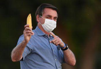 <p>Brasilia. Eigenartig: Brasiliens rechtskonservativer Präsident Jair Bolsonaro zeigt Fotojournalisten bei einem Pressetermin eine Banane. Bolsonaro wurde zuletzt negativ auf Corona getestet.</p>