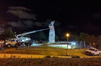<p>Chicago. Historisch: Arbeiter entfernen ein Christopher-Columbus-Denkmal im Grant Park.</p>