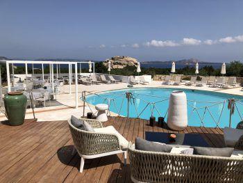 """<p class=""""caption"""">Danach besuchen wir Sandra im Boutique-Hotel Grand Relais dei Nuraghi in Baja Sardinia. Dieses Hotel ist ein richtiges Hideaway, hat nur 33 Zimmer, Juniorsuiten mit Privatpool und ist eines der beliebtesten Hotels in unserem Programm für Gäste, die Ruhe und Privatsphäre und dennoch Nähe zum Ort suchen. Auch hier können wir uns davon überzeugen, dass alle Maßnahmen der Regierung umgesetzt wurden. Jeder Gast hat hier schon immer unglaublich viel Platz gehabt.</p><p class=""""caption"""" />"""