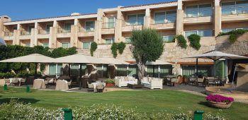 """<p class=""""caption"""">Dann entscheiden wir uns spontan, im kleinen Luxushotel L'ea Bianca in Baja Sardinia bei Paola vorbei zu schauen. Sie bereitet gerade den neuen Beachclub auf die Eröffnung dieses Wochenende vor. Mit ihr verbindet uns eine langjährige Freundschaft. Auch hier sind wir erstaunt, mit wie wenig Einschränkungen Ferien verbracht werden können. Wenn alle 31 Zimmer und fünf Villen belegt sind, hat jedes Zimmer anteilig über 200 Quadratmeter Garten. Der Beachclub ist ein absolut schöner Platz und erinnert uns an die stylischen und chilligen Beachclubs in Ibiza.</p><p class=""""caption"""" />"""