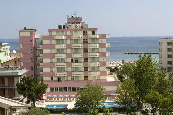 """<p class=""""caption"""">Das Familienhotel Alba Doro in Gatteo Mare liegt direkt am feinen Sandstrand.</p>"""