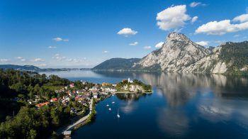 Der Traunsee, der zweittiefste See Österreichs, liegt zwischen ausgedehnten Wiesenlandschaften und einer imposanten Gebirgswelt.