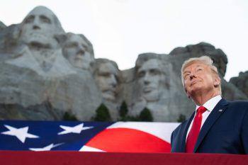 <p>Keystone. Provokant: US-Präsident Donald Trump hält anlässlich des amerikanischen Unabhängigkeitstags eine Brandrede gegen seine Gegner am Nationaldenkmal Mount Rushmore.</p>
