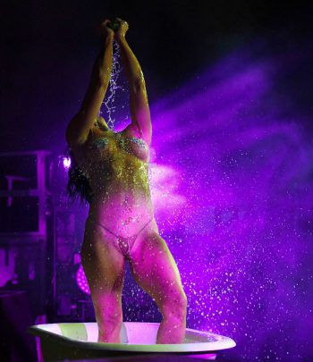 """Las Vegas. Heiß: Tänzerin Jennifer Romas zeigt bei """"SEXXY: The Show"""" im Dreamland Drive-In Theater viel nackte Haut. Fotos: AFP, AP, APA"""