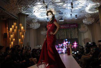 Seoul. Gewöhnungsbedürftig: Ein Model trägt einen Mund-Nasen-Schutz bei einer Modeschau in Südkorea. Fotos: AFP, APA, AP, Reuters, dpa