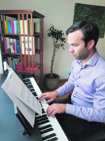"""<p class=""""caption"""">Während seiner Freizeit spielt Florian Themessl-Huber gerne auf dem Klavier.</p><p class=""""caption"""">               Foto: handout/Salner             </p>"""