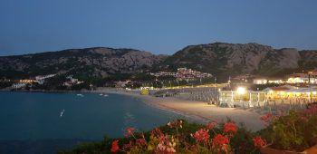 """<p class=""""caption"""">Weiter geht die Fahrt zu unserem wichtigsten Hotelpartner und Freund Marco Bongiovanni ins Club Hotel. Wir gehören zu den ersten Gästen, da das Hotel heute gerade eröffnet hat. Die anderen Gäste und wir genießen einen Top-Service von den langjährigen Angestellten, es ist fast wie nach Hause kommen. Vor dem Abendessen geht sich noch ein Fünf-Minuten-Schwimmen am traumhaften Strand von Baja Sardinia aus. Danach testen wir die Küche des neuen Restaurants Sumo, das sardische Spezialitäten auf neue Art interpretiert. Was sollen wir sagen – es war einfach ausgezeichnet. Marco Bongiovanni und die Verkaufsleiterin Giulia freuen sich, dass sie all ihre Hotels in Baja Sardinia diese Saison öffnen konnten. Schließlich tragen sie, sowie auch alle anderen Hotels, eine hohe soziale Verantwortung ihren langjährigen Mitarbeitern gegenüber. Sie sind die größten Arbeitgeber in den Regionen. Auch hier gilt Maskenpflicht nur an der Rezeption oder auf dem Weg zum Restaurant.</p><p class=""""caption"""" />"""