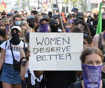 <p>Wien. Engagiert: Zahllose Menschen demonstrieren für Frauenrechte.</p>