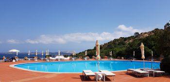 """<p class=""""caption"""">Wir fahren zur anderen Seite des Strandes ins Hotel La Bisaccia, das ebenfalls zu den Baja Hotels gehört. Hier treffen wir Renzo Bongiovanni, den Eigentümer und Seniorchef der Hotelkette sowie Antonello, den Maitre des Hauses. Es ist schön zu sehen, wie sich alle auf Gäste freuen und bereit für die Saison sind. Die wunderschöne Gartenanlage und der Pool mit Panoramablick über Baja Sardinia begeistert uns jedesmal wieder.</p><p class=""""caption"""" />"""