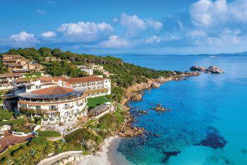 Club Hotel****             Das beliebte Hotel liegt direkt am Meer und nur wenige Schritte vom Ortszentrum Baja Sardinia entfernt. Eine Woche inklusive Flug, Flughafenparkplatz, Doppelzimmer Classic und Frühstück, zum Beispiel am 19. September, 3. oder 10. Oktober gibt es bei High Life Reisen ab 1048 Euro pro Person.