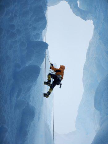Adelaide Island, Antarktis. Eisig: Der britische Forscher Tom Hammond klettert nach einem Experiment aus einer tiefen Gletscherspalte. Fotos: AFP, APA, AP, Reuters, dpa