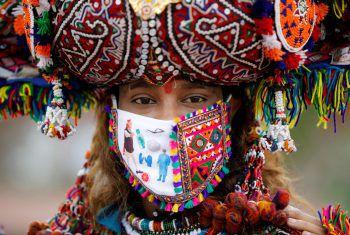 <p>Ahmedabad. Farbenfroh: Diese Inderin trägt anlässlich des Fests zu Ehren der Hindu-Gottheit Durga ein traditionelles Kostüm und einen Mund-Nasen-Schutz.</p>