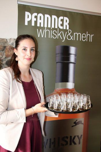 Alexandra Pfanner servierte acht verschiedene Whiskys.