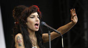 """<p class=""""title"""">               Amy Winehouse             </p><p>Ein besonders trauriges Beispiel: Amy Winehouse und Blake Fielder-Civil. Wie der Ex-Mann der Sängerin zugab, führte er sie an harte Drogen wie Heroin heran. Obwohl sie diese Sucht überwand, starb die erst 27-Jährige 2011 an einer Alkoholvergiftung. Fotos: AP</p>"""