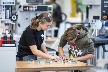 Am Tag der offenen Lehrwerkstatt erhalten Interessierte einen Einblick in die drei Lehrberufe und die moderne Lehrwerkstatt bei Meusburger.Foto: handout/Meusburger