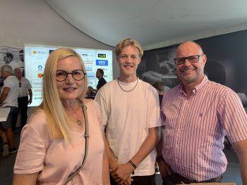 Astrid und Noah Bischof mit Michael Zimmermann.